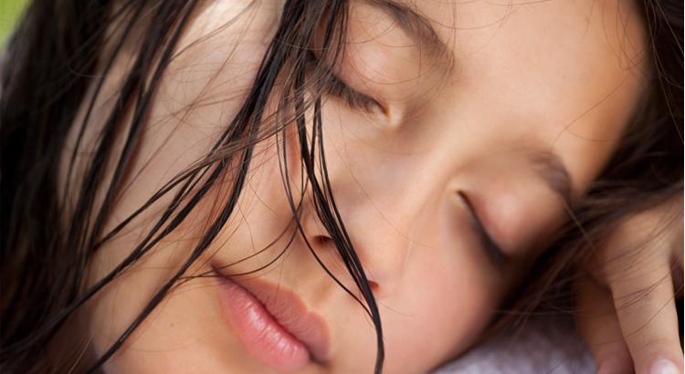 se-coucher-cheveux-mouilles-le-lab-hairstylist-montpellier