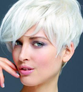 Coupe courte sur cheveux blancs